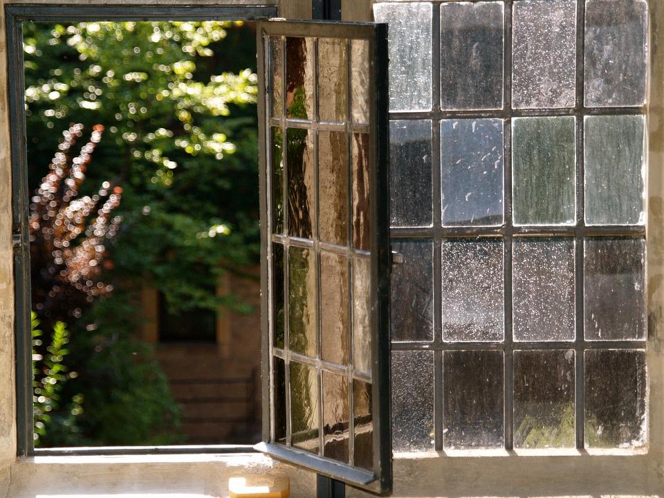 ステンドガラスの窓