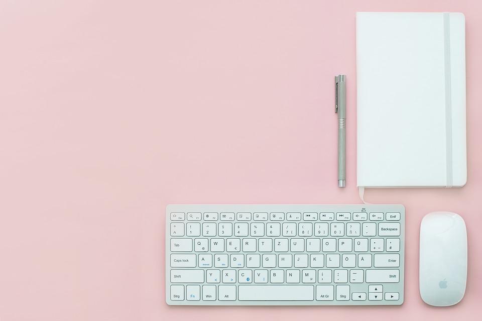 ピンクのデスク
