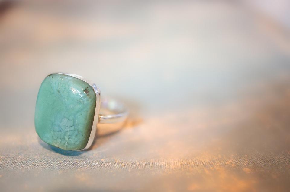 グリーンの石の指輪
